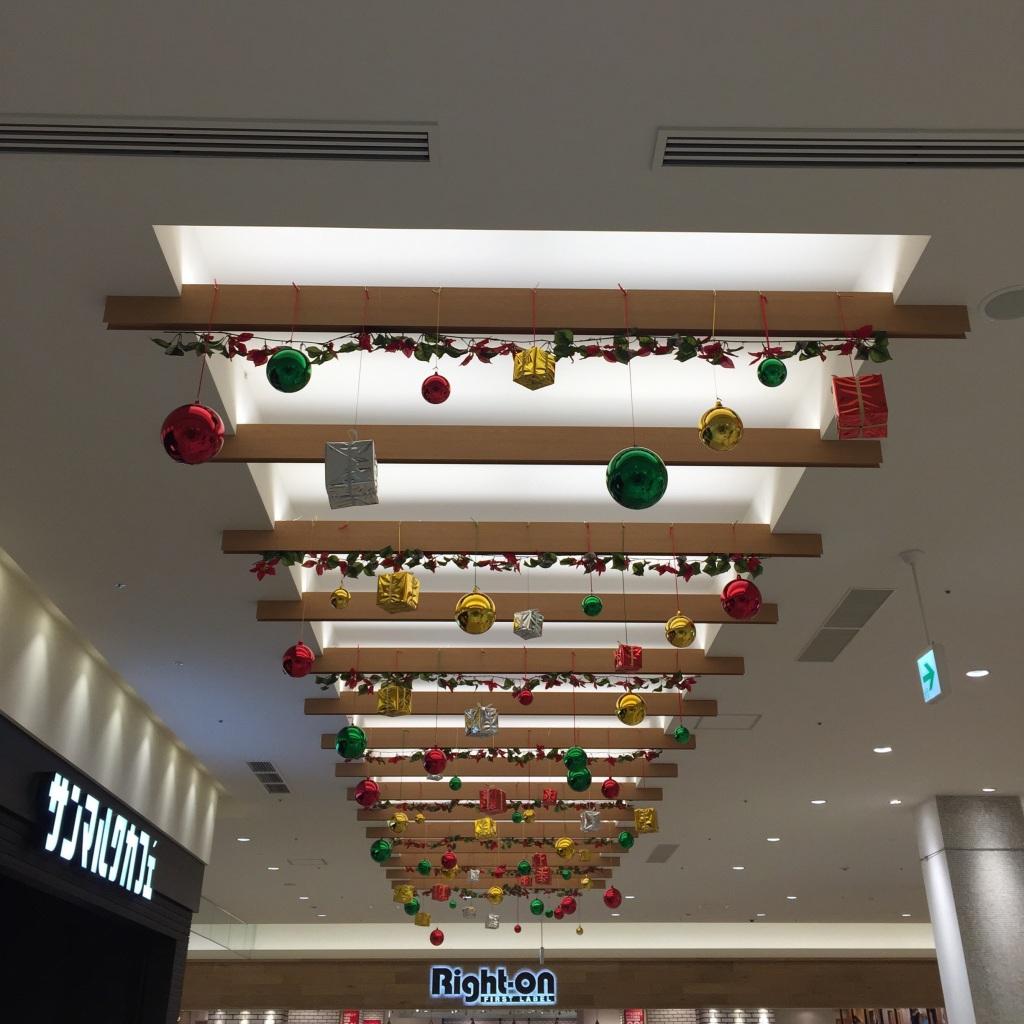 天井いっぱいのクリスマスオーナメント