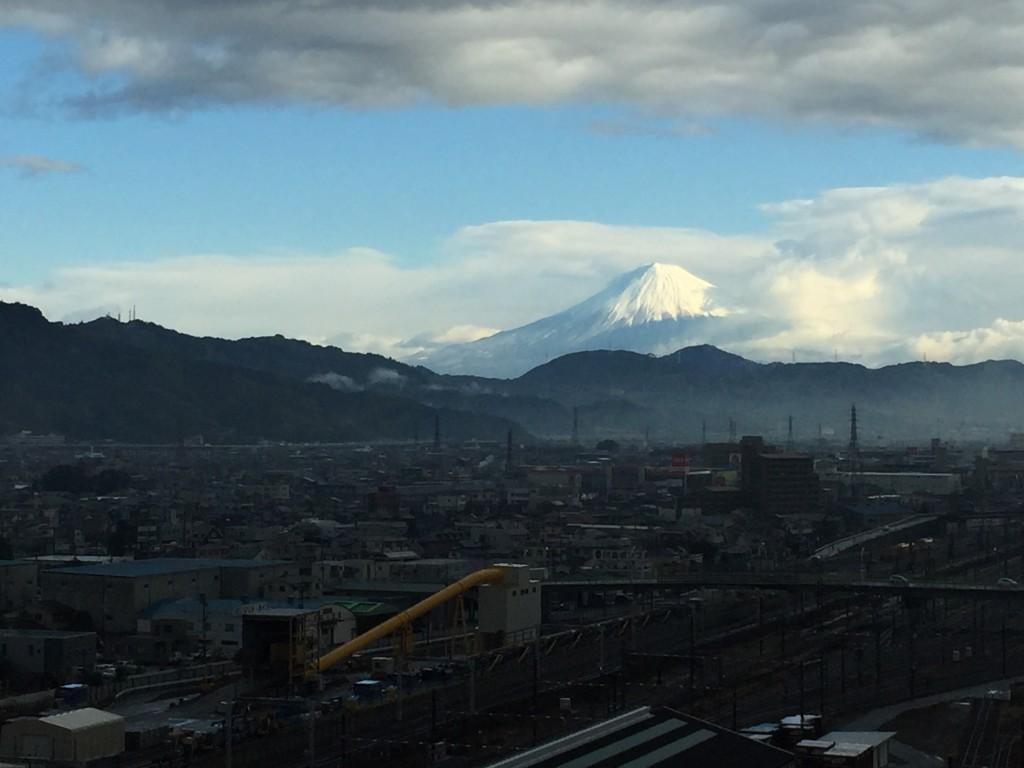 雲間に輝く富士山
