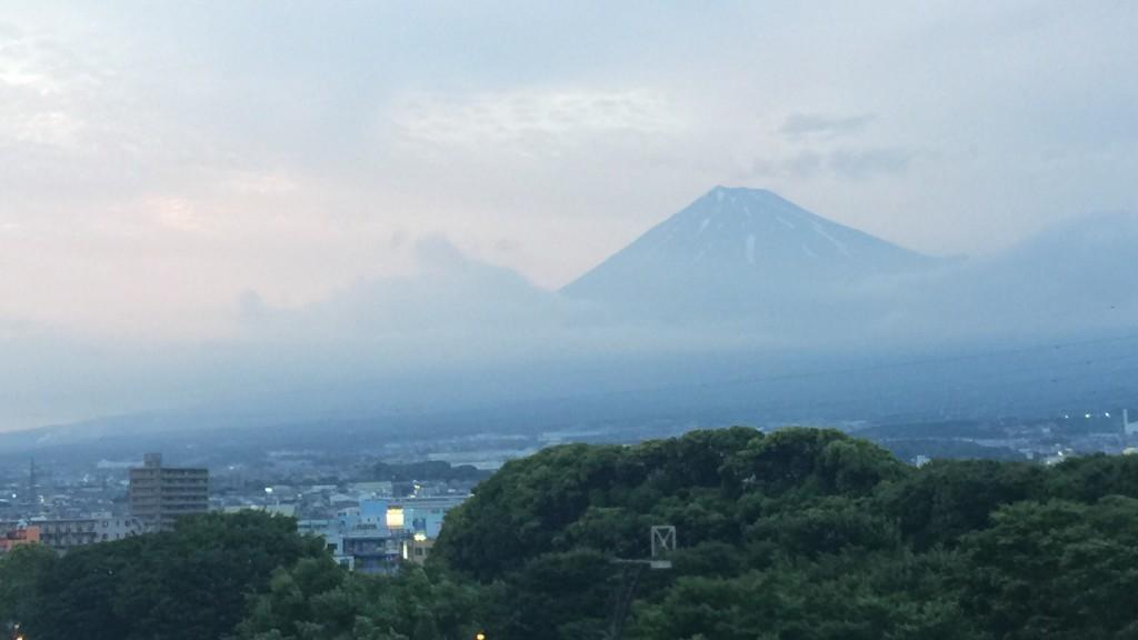 夕暮れの空に浮かぶ富士山