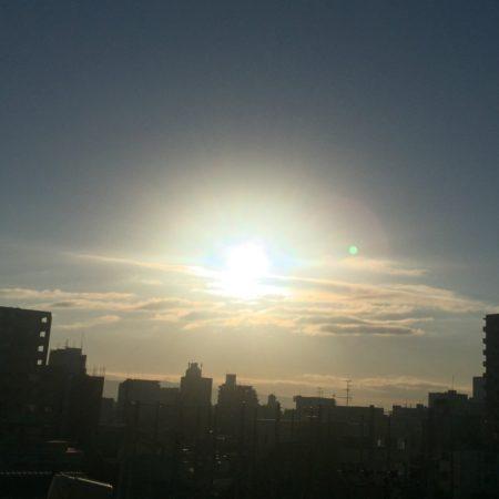 ひんやりとした空気に包まれて太陽を拝する