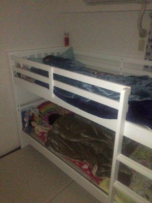 二段ベッドで寝る姉妹