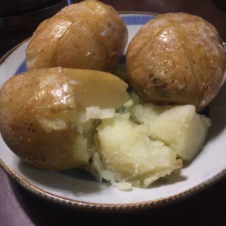 ふかしたジャガイモのバター載せ