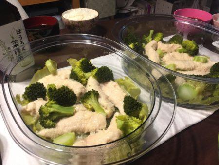 蒸しささみとブロッコリーを菜種油とお塩で