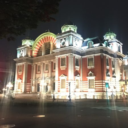 夜のライトアップされた中之島公会堂