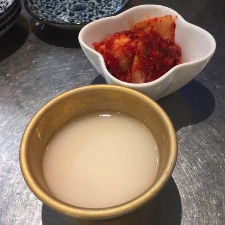 生マッコリと白菜キムチ
